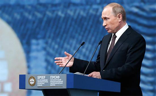 Президент РФ Владимир Путин вовремя пленарного заседания «На пороге новой экономической реальности» врамках XX Петербургского международного экономического форума