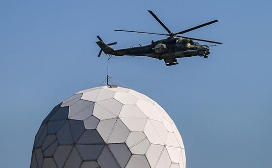 Вертолет Ми-24 патрулирует территорию, прилегающую кавиабазе Хмеймим