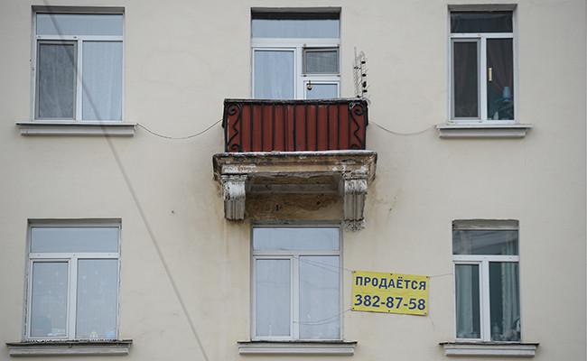 Реклама о продаже квартиры на одном из жилых домов