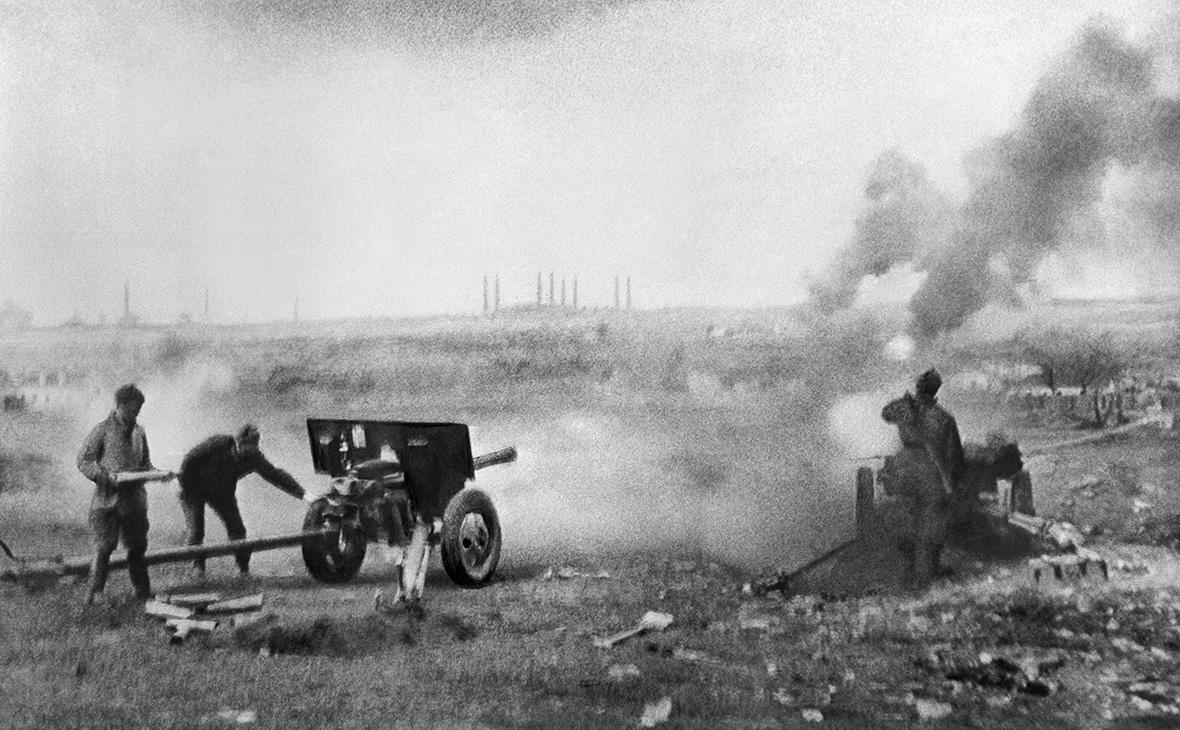 Советские артиллеристы во время ведения огня прямой наводкой, Берлин, 24 апреля 1945 года