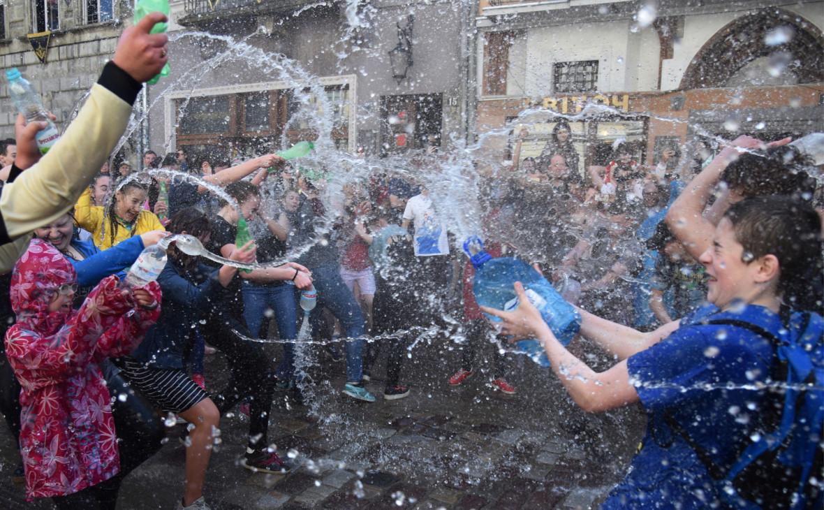 Праздничные обливания водой на площади Рынок во Львове
