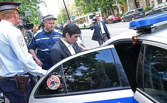 Руслан Шамсуаров (в центре) у здания Гагаринского суда,28 мая 2016 года
