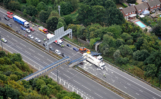 Упавший пешеходный мост. Снимок с вертолета Национальной Полицейской авиа службы Великобритании