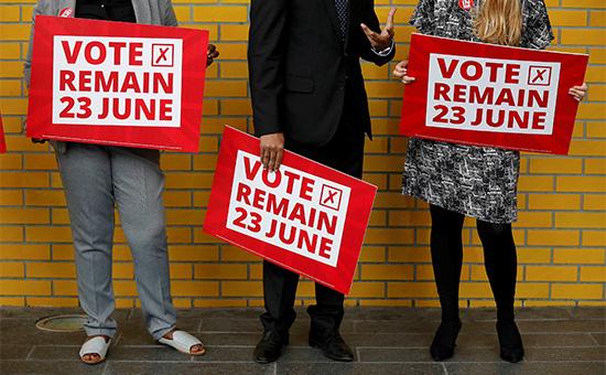 Активисты с плакатами «Голосуй за остаться» в Манчестере