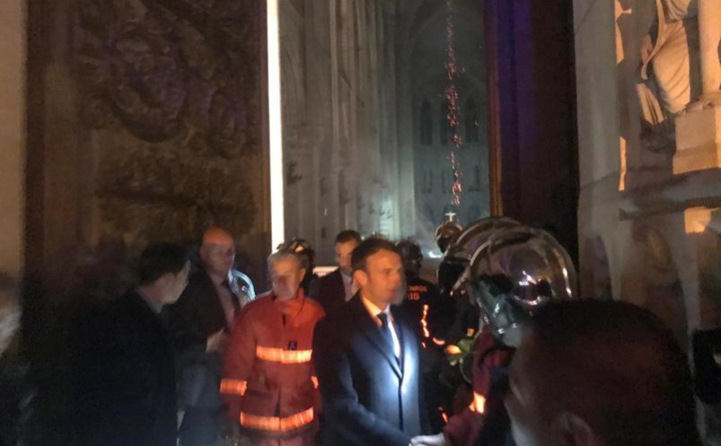 Эмманюэль Макрон (в середине) вместе с пожарными