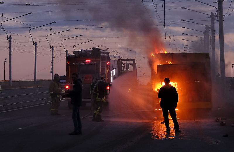 На мосту Александра Невского загорелся автобус, принадлежащий АО «Третий парк».