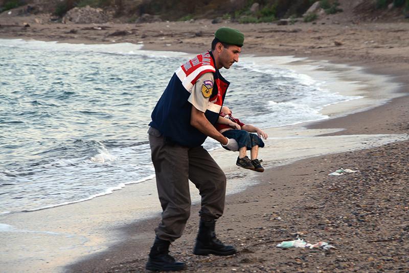 В среду, 2 сентября, фотограф турецкого информагентства Dogan запечатлела тело трехлетнего мальчика на берегу у города Бодрум