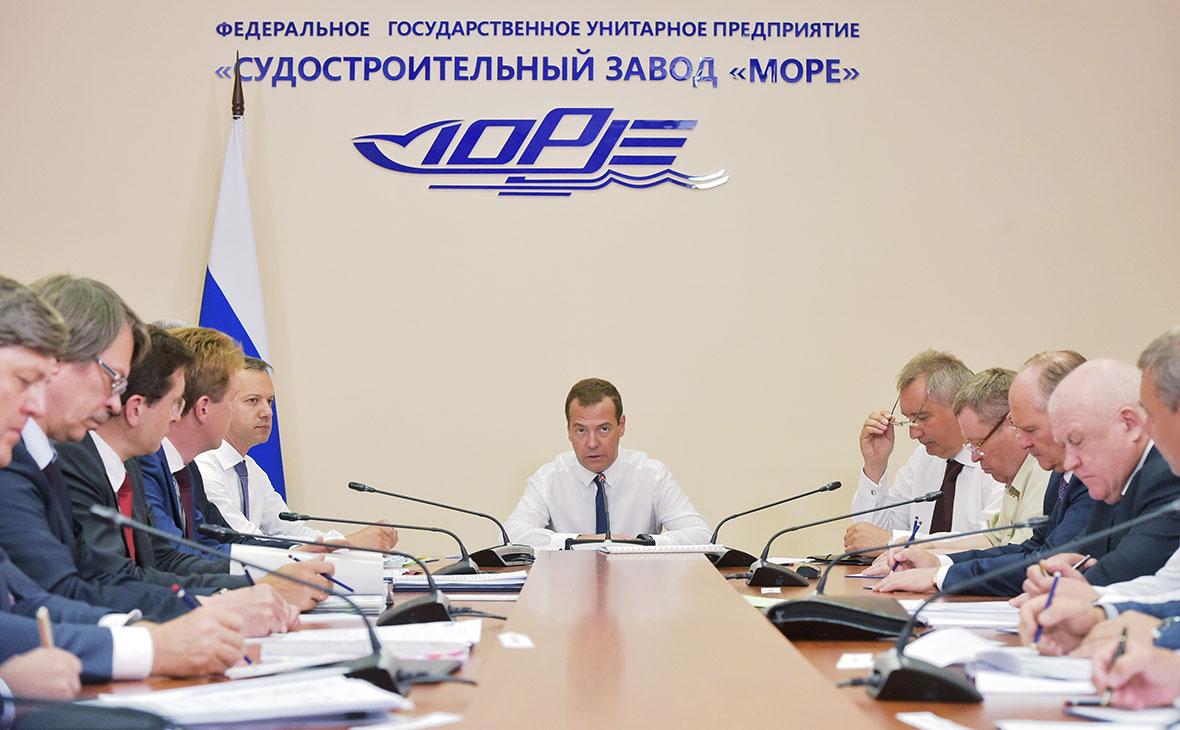 Дмитрий Медведев (в центре)на судостроительном заводе «Море» в Крыму