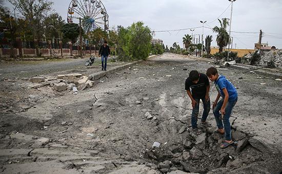 Воронка от взрыва в сирийском городе Дума, 27 октября 2016 года