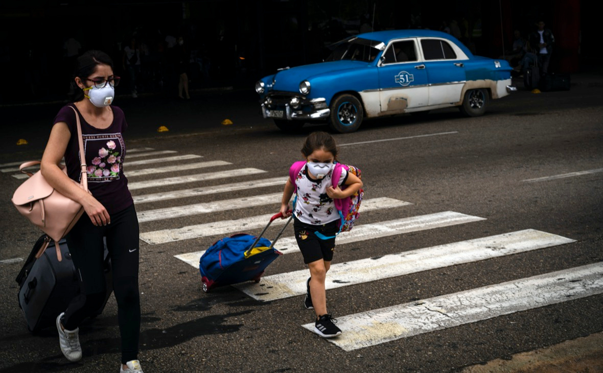 Туристы возле международного аэропорта Хосе Марти в Гаване, Куба