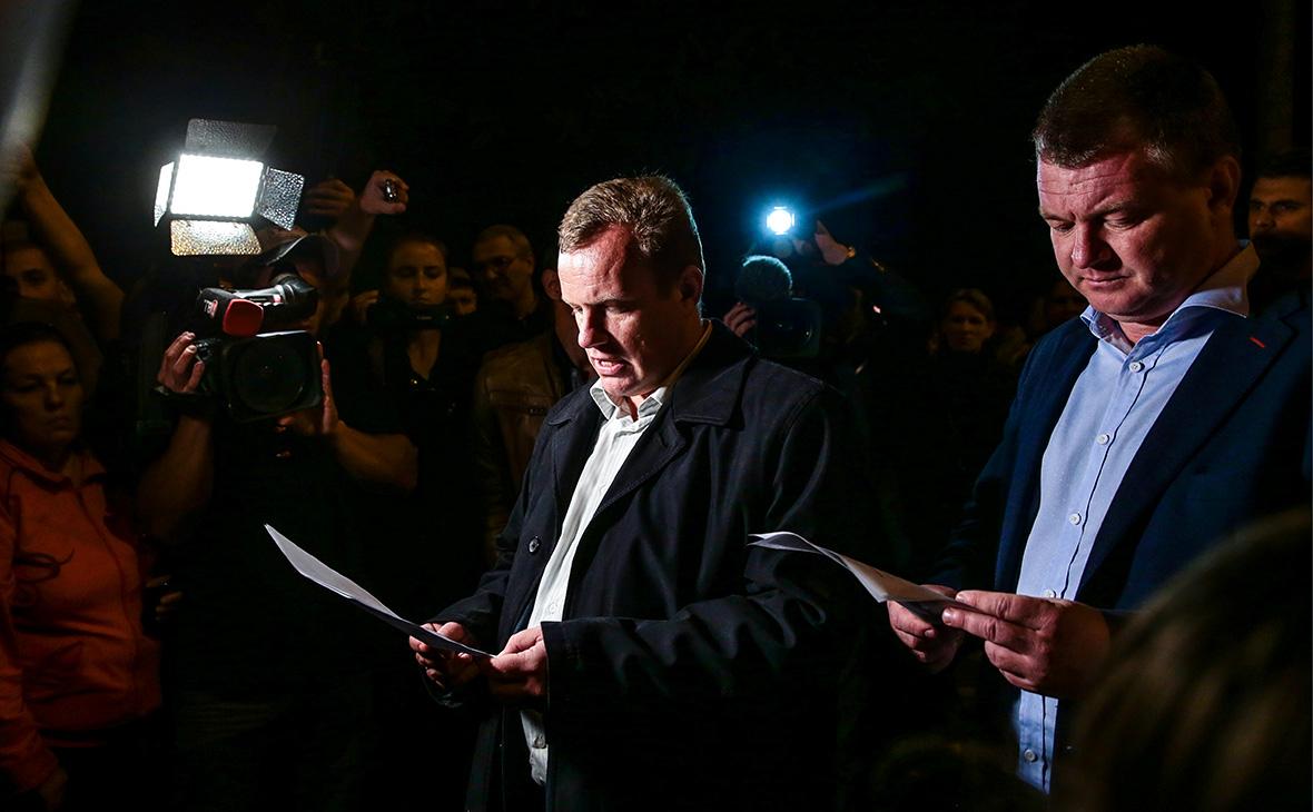 Сергей Бороздин (справа) во время объявления списка пострадавших в результате стрельбы и взрыва в Керченском политехническом колледже