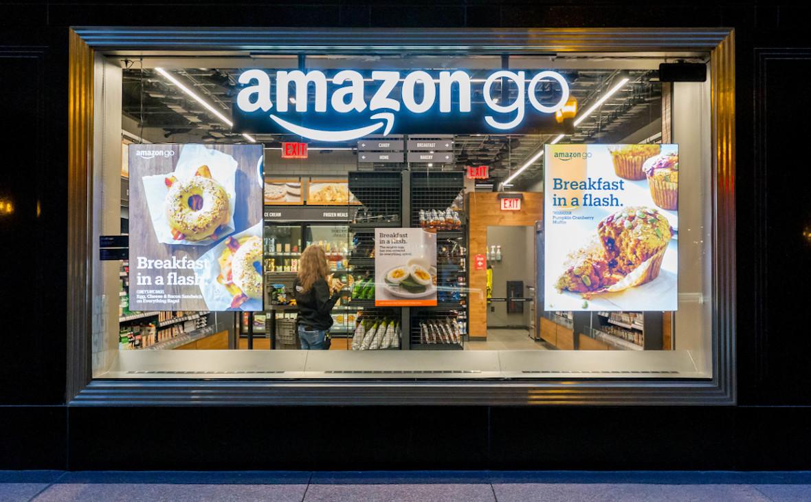 Витрина супермаркетабез касс и продавцов Amazon Go в Чикаго, США