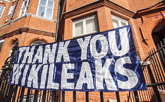Лондон.Плакат на посольстве Эквадора, где укрывается основательWikiLeaks Джуллиан Ассанж