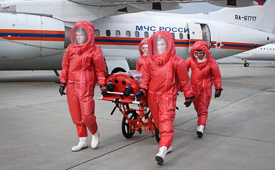 Презентация в аэропорту Домодедово, 9 октября 2014 г. Сотрудники МЧС везут медицинский модуль, предназначенный для транспортировки инфицированных лихорадкой Эбола.