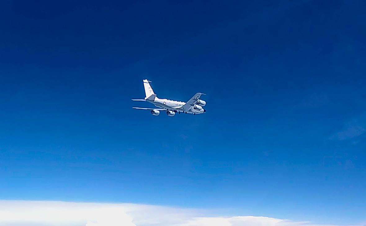Разведывательный самолет RC-135 ВВС США над нейтральными водами Черного моря