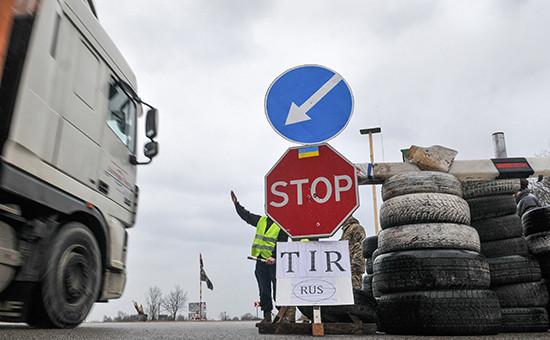 Украинские активисты стоят наблокпосту возлеЛьвова, блокируя движение грузовиков сроссийскими номерами воЛьвовской области. 15 февраля 2016 года