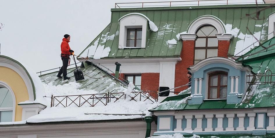 Очистка крыши от снега на одной из улиц города