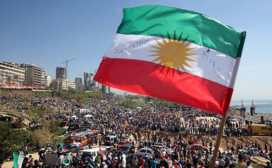 Флаг Курдистана, запрещенный вСирии, активно используется входе гражданской войны