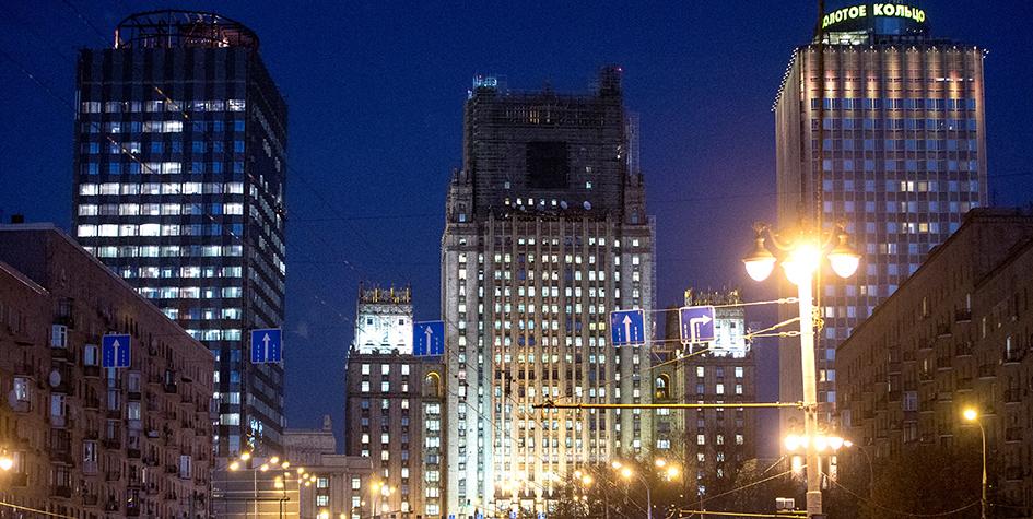 Здание МИД безшпиля (в центре)