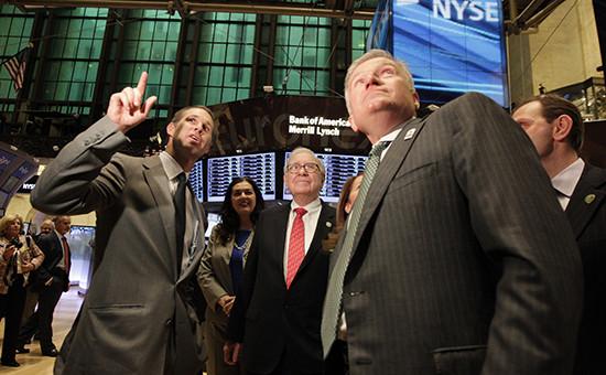 Уоррен Баффет(в центре) наНью-Йоркской фондовой бирже