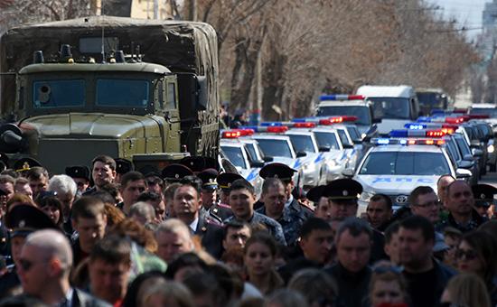 Жители Астрахани на траурной церемонии прощания с погибшими сотрудниками Росгвардии