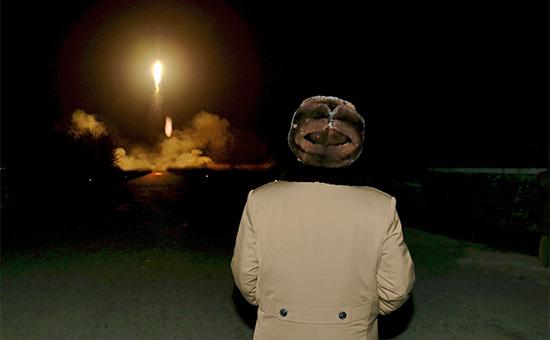 Лидер КНДР наблюдает запуск баллистической ракеты