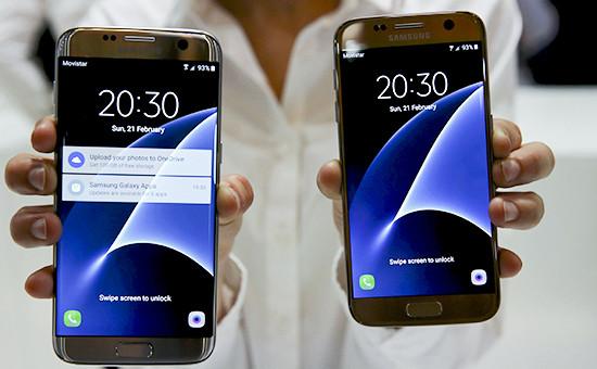 Смартфоны Samsung GalaxyS7 (справа) и S7 Edgeна международной выставке Mobile World Congress в Барселоне