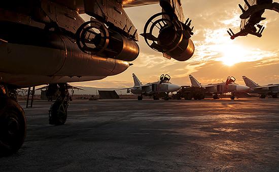 Российские штурмовики Су-24 нааэродроме Хмеймим вСирии