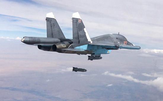 Российский многофункциональный истребитель-бомбардировщик Су-34 во время нанесения авиационного удара в провинции Ракка