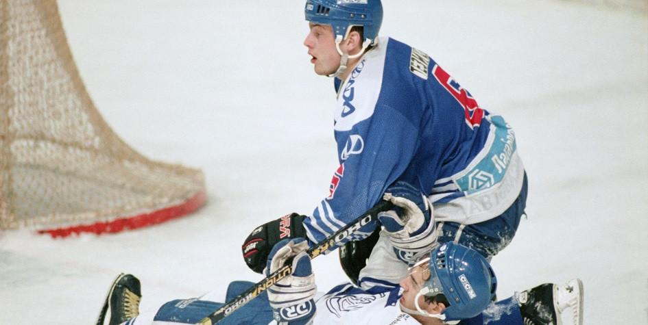 Алексей Тезиков (вверху) в матче чемпионата России по хоккею против московского «Динамо»
