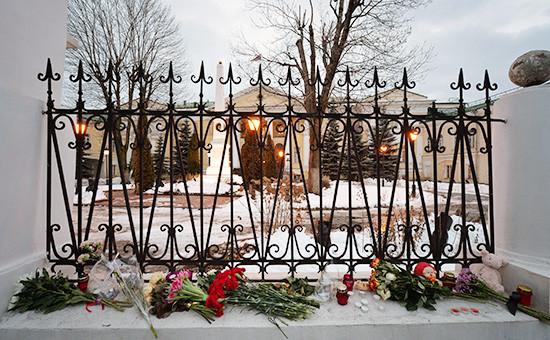 Цветы, игрушка и свечи, возложенные к ограде посольства Армении в Москве в связи с трагедией в Гюмри. Архивное фото