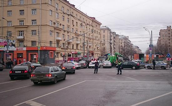 Полицейское оцепление на месте происшествия возле метро «Октябрьское поле»