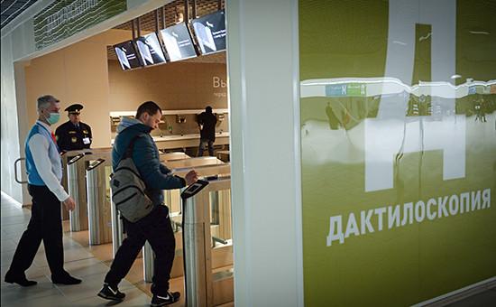 Посетитель вмногофункциональном миграционном центре Москвы близдеревни Сахарово, гдеоказывают услуги длятрудовых мигрантов
