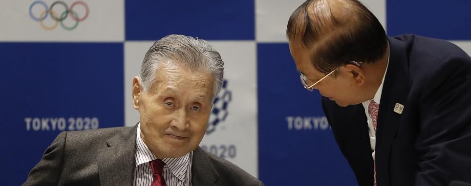 Ёсиро Мори (слева)