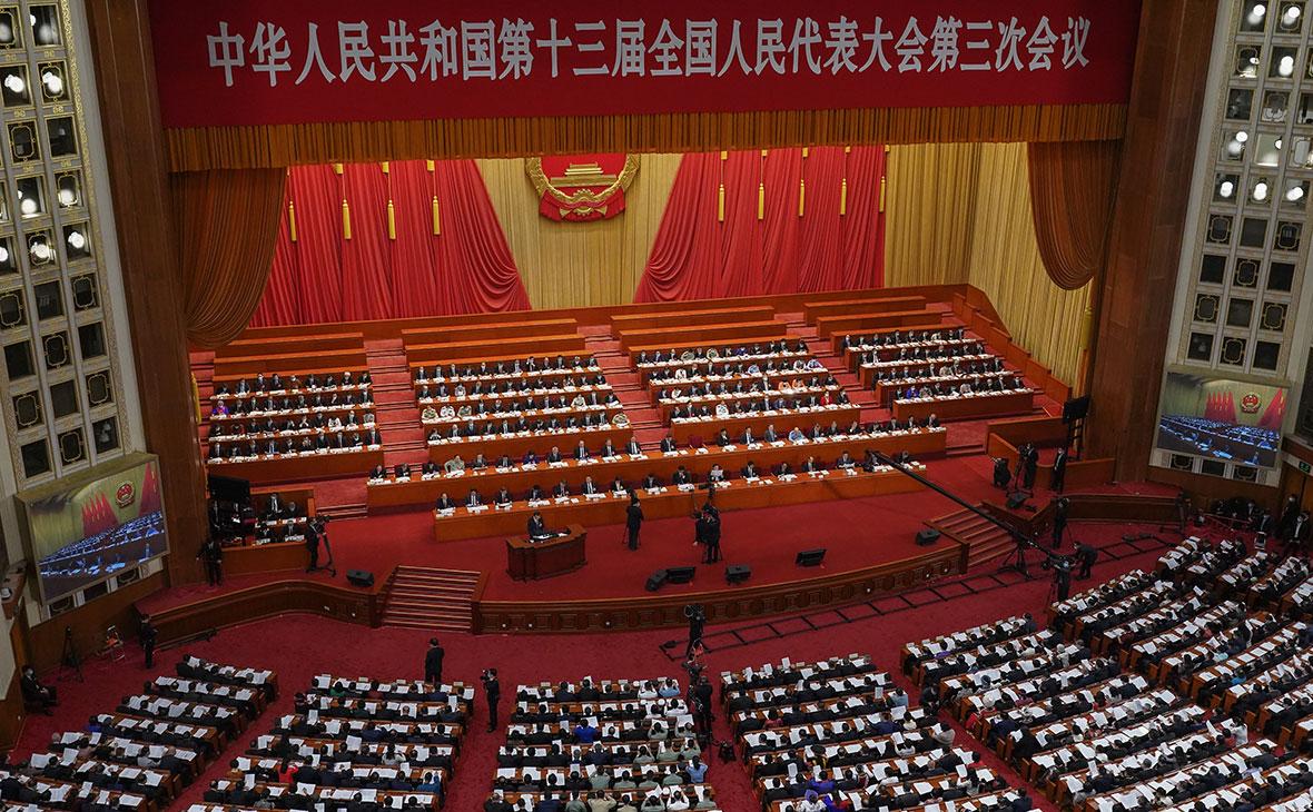 Глава Госсовета КНР Ли Кэцян, выступает с речью на ежегодной сессии Всекитайского собрания народных представителей (ВСНП)