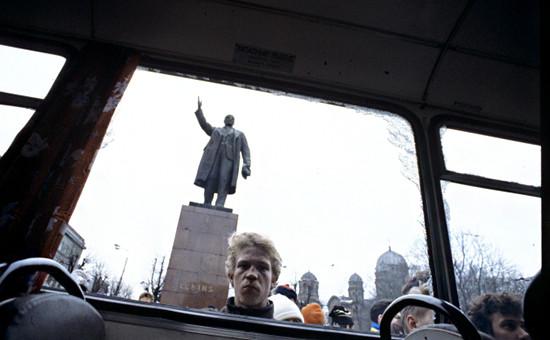Разбитый автобус у памятника Ленину в Риге.17 января 1991 года