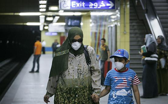Женщина с сыном в каирском метро. Архив