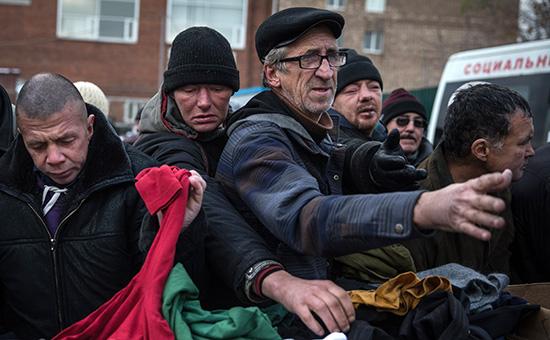 Раздача одежды в пункте социальной помощи в Москве