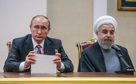Президент РФ Владимир Путин и президент Ирана Хасан Рухани (слева направо) во время совместной пресс-конференции по итогам российско-иранских переговоров