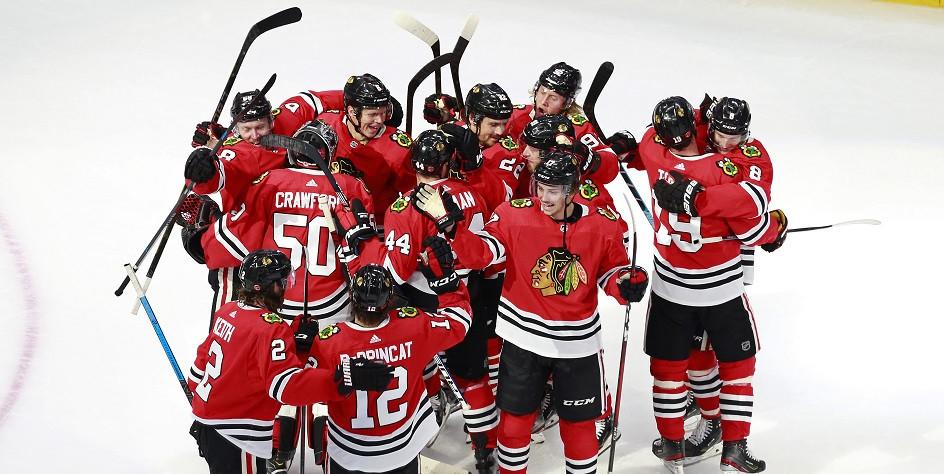 Хоккеисты «Чикаго Блэкхокс» праздную победу над «Эдмонтон Ойлерз»