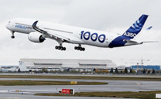 Самолет Airbus A350-1000 вовремя первого полета