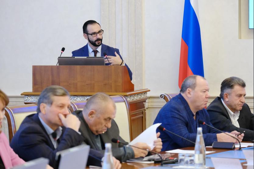 За трибуной— и.о. министра экономического развития региона Лев Решетников