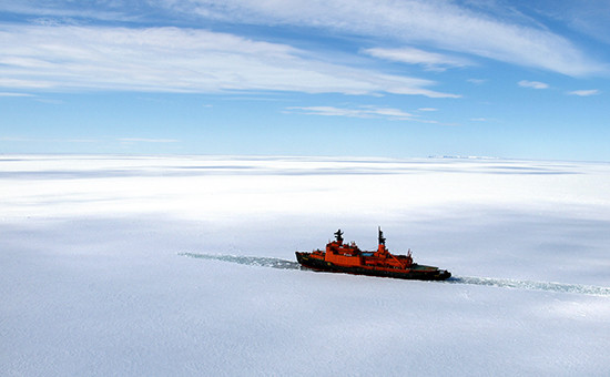 Атомоход «Россия» в Северном Ледовитом океане в районе хребта Ломоносова. Архивное фото