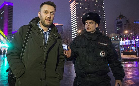 Оппозиционер Алексей Навальный (слева)