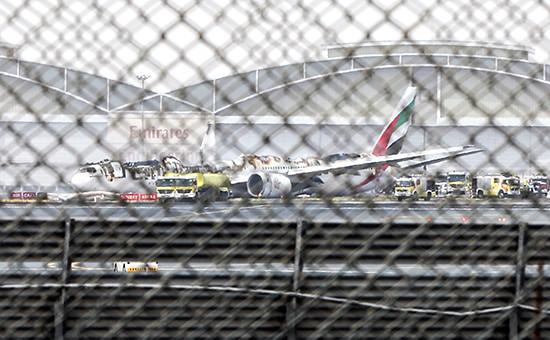 Cамолет авиакомпании Emirates ваэропорту Дубая