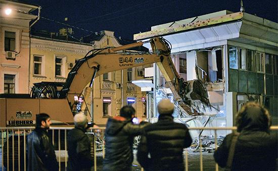 Сотрудники коммунальных служб сносят торговые павильоны у метро «Чистые пруды» в Москве