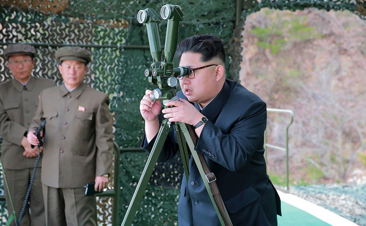 Ким Чен Ын (справа)