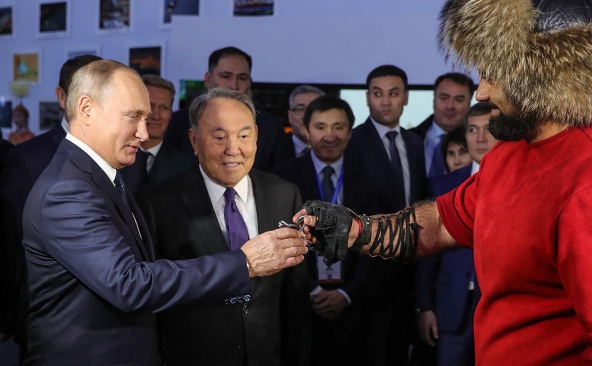 Путину в Казахстане подарили завязанные в узел гвозди и камчу
