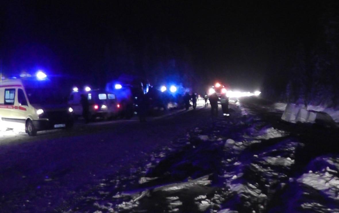 Сотрудники специальных служб наместе аварии на926-м км автодороги Тюмень—Ханты-Мансийск, гдестолкнулись автобус, ехавший изХанты-Мансийска, два легковых автомобиля игрузовик