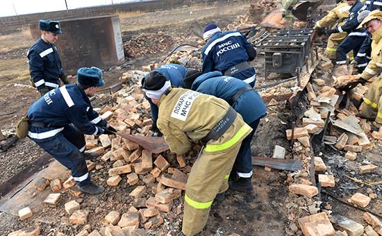 Сотрудники МЧС на месте ликвидации последствий пожаров в селе Новая Енисейка, Хакасия